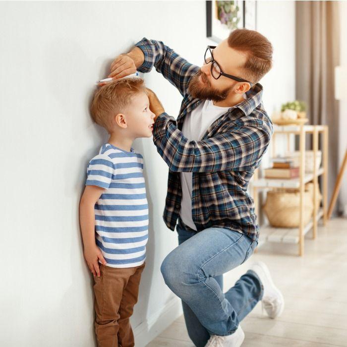 ojciec mierzący wzrost syna's growth
