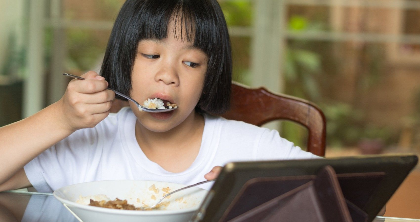 Screen Time Influences Kids' Eating Habits, Says Study | Moms.com